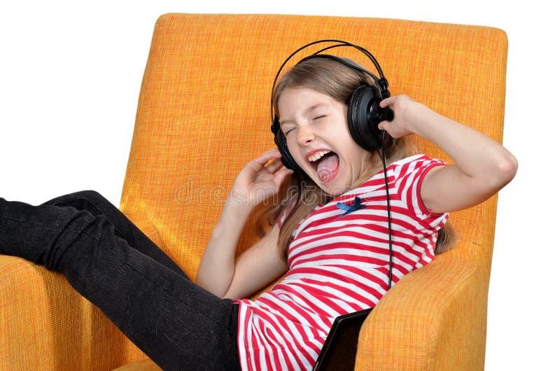 La fille aiment des écouteurs de musique photographie stock