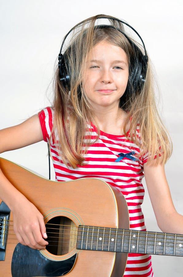 La fille aiment des écouteurs de musique photo stock