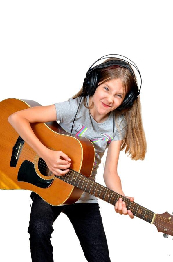 La fille aiment des écouteurs de musique image stock