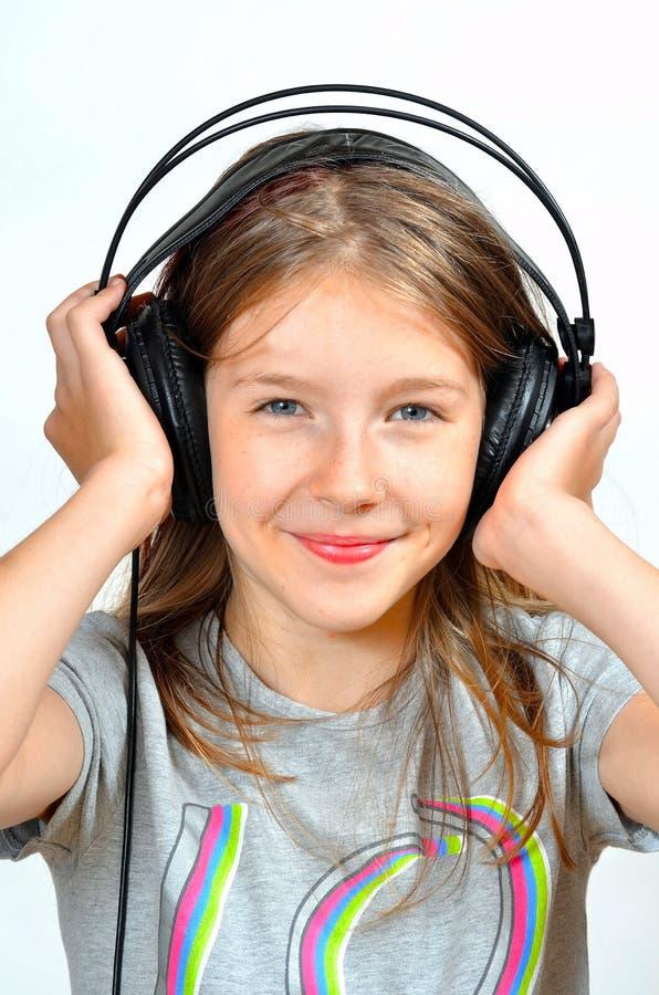La fille aiment des écouteurs de musique images libres de droits