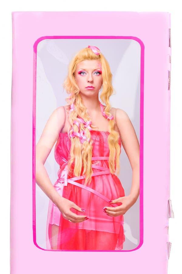 La fille aiment une poupée images stock