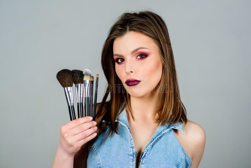 La fille appliquent des fards ? paupi?res Femme appliquant la brosse de maquillage Soulignez la f?minit? Approvisionnements profe photos libres de droits