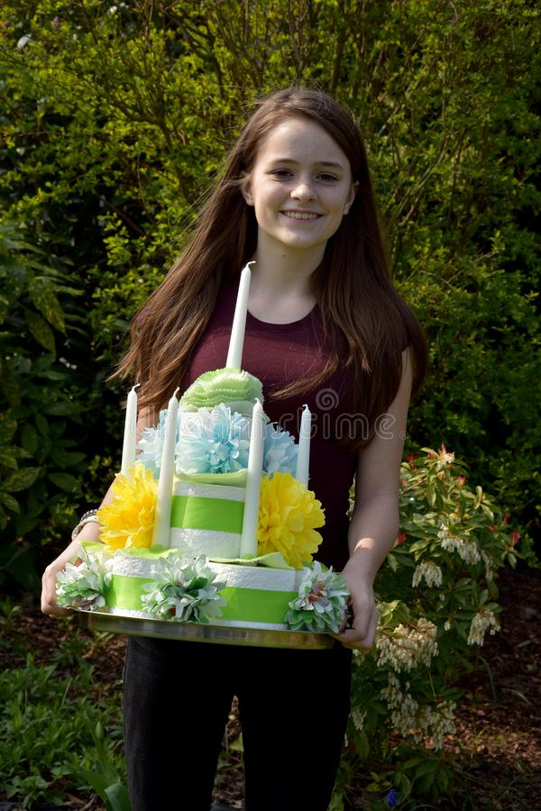 La fille apporte le gâteau d'anniversaire fait de papier hygiénique images stock
