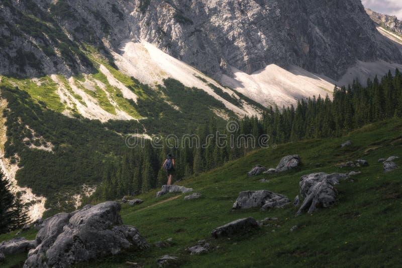 La fille apprécie des vues de la nature du Tyrol photos stock