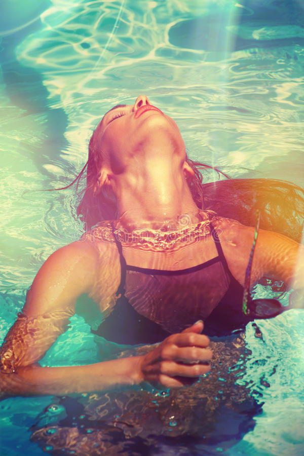 La fille apprécient dedans dans le jour d'été de piscine image libre de droits