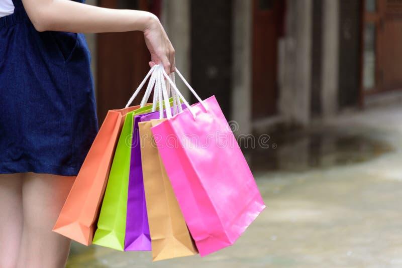 La fille asiatique de vue en gros plan a tenir les sacs colorés de achat avec image stock