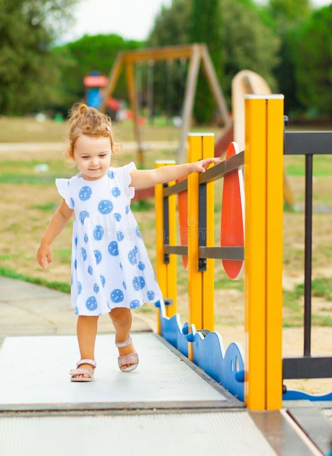 La fille assez petite joue extérieur un jour d'été images libres de droits