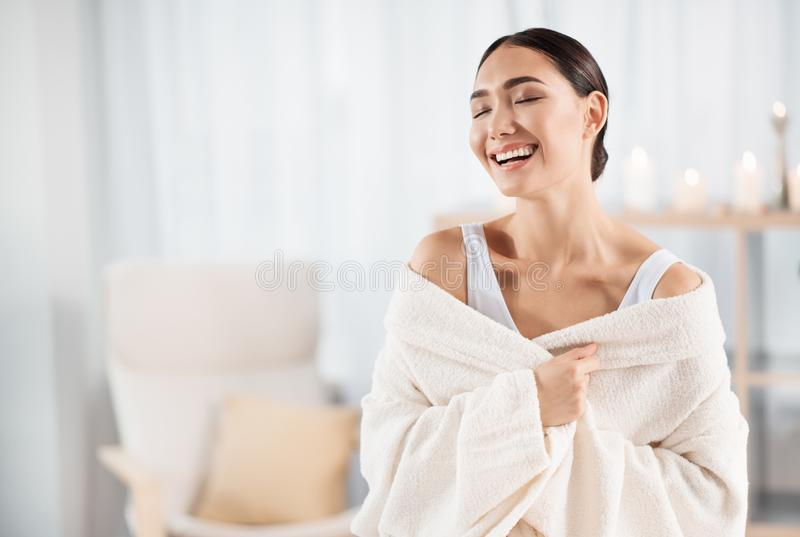 La fille attirante heureuse rit dans le salon de station thermale photo stock