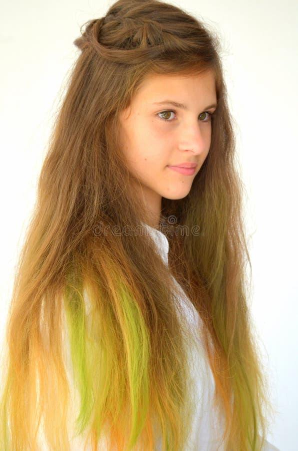 Download La Fille Avec De Longs Cheveux A Teint Avec Les Mèches Colorées Image stock - Image du tresses, normal: 76082937