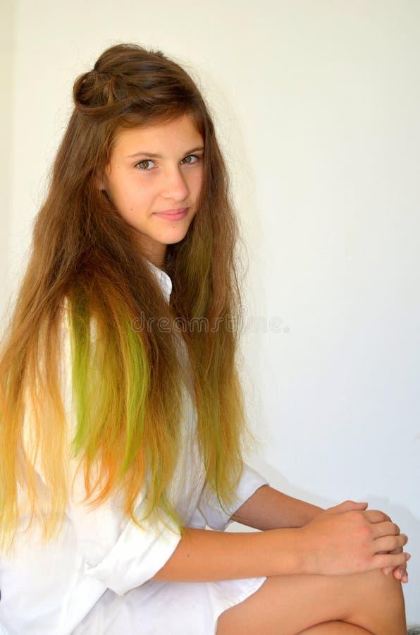 Download La Fille Avec De Longs Cheveux A Teint Avec Les Mèches Colorées Image stock - Image du normal, extrémité: 76082965