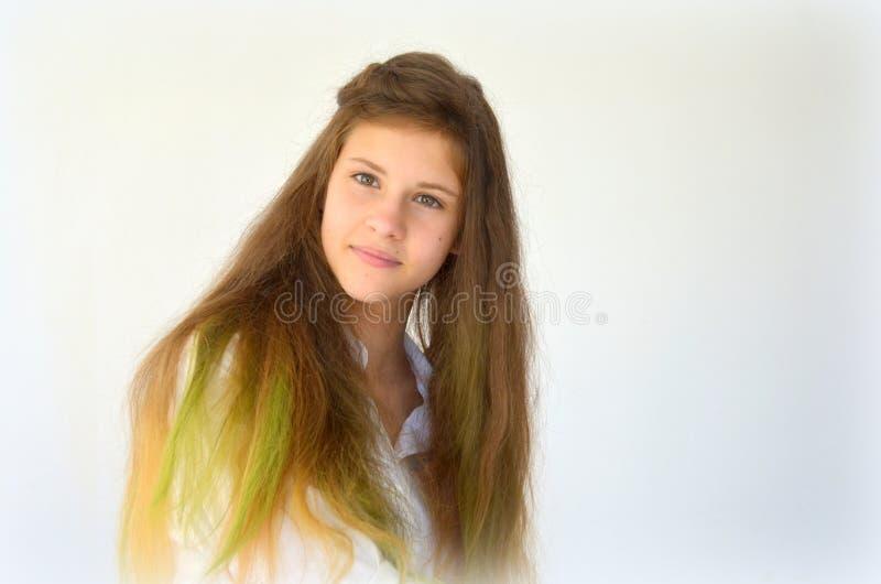 Download La Fille Avec De Longs Cheveux A Teint Avec Les Mèches Colorées Image stock - Image du féminité, mode: 76082967
