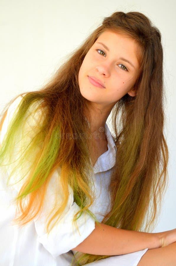 Download La Fille Avec De Longs Cheveux A Teint Avec Les Mèches Colorées Image stock - Image du réparation, tête: 76082979