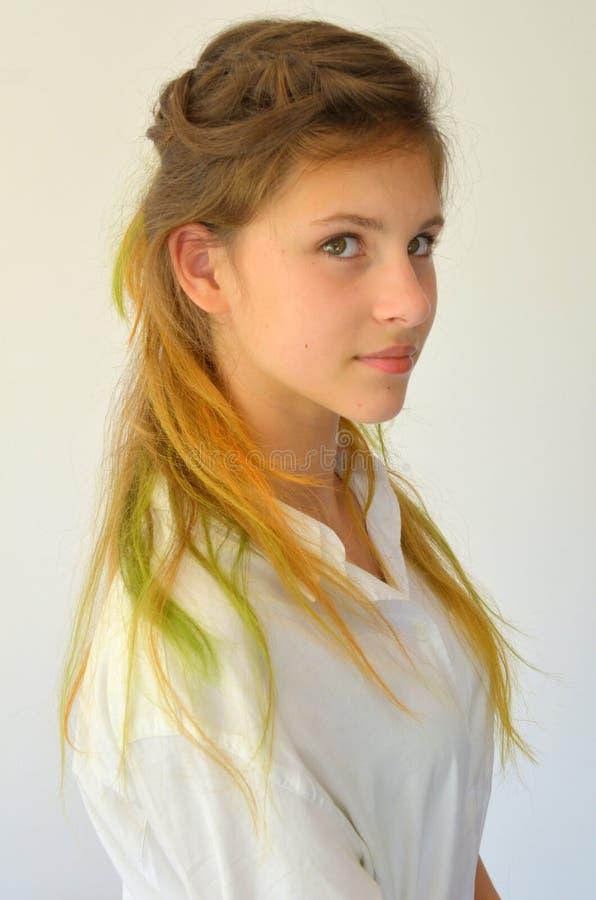Download La Fille Avec De Longs Cheveux A Teint Avec Les Mèches Colorées Image stock - Image du beau, soirée: 76083013