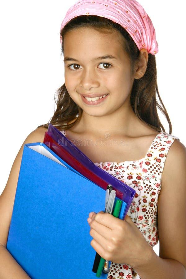 la fille avec des dépliants, préparent pour l'école. photos stock