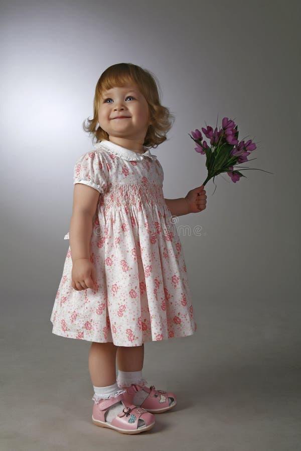 La fille avec des fleurs photographie stock libre de droits