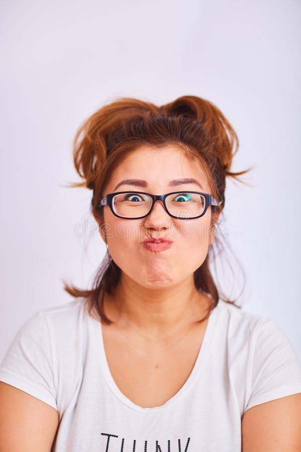 La fille avec des verres a étreint ses lèvres photo libre de droits