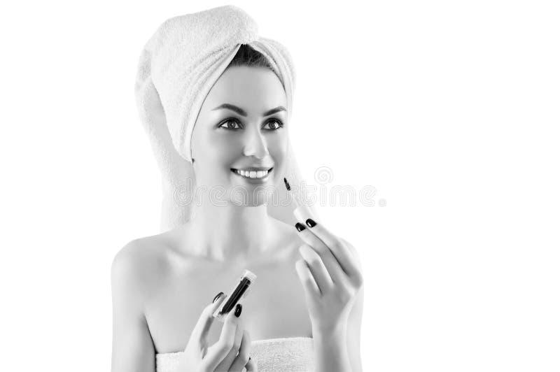 La fille avec du charme après une douche avec une serviette blanche sur sa tête est a images stock