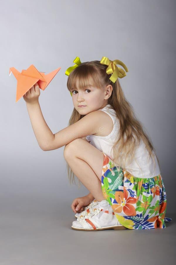 La fille avec l'origami photo libre de droits