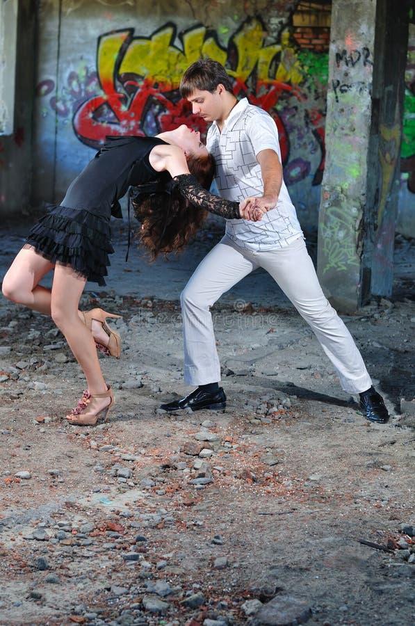 La fille avec la danse de type dans la salle jetée photos libres de droits