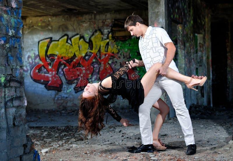 La fille avec la danse de type dans la salle jetée images stock
