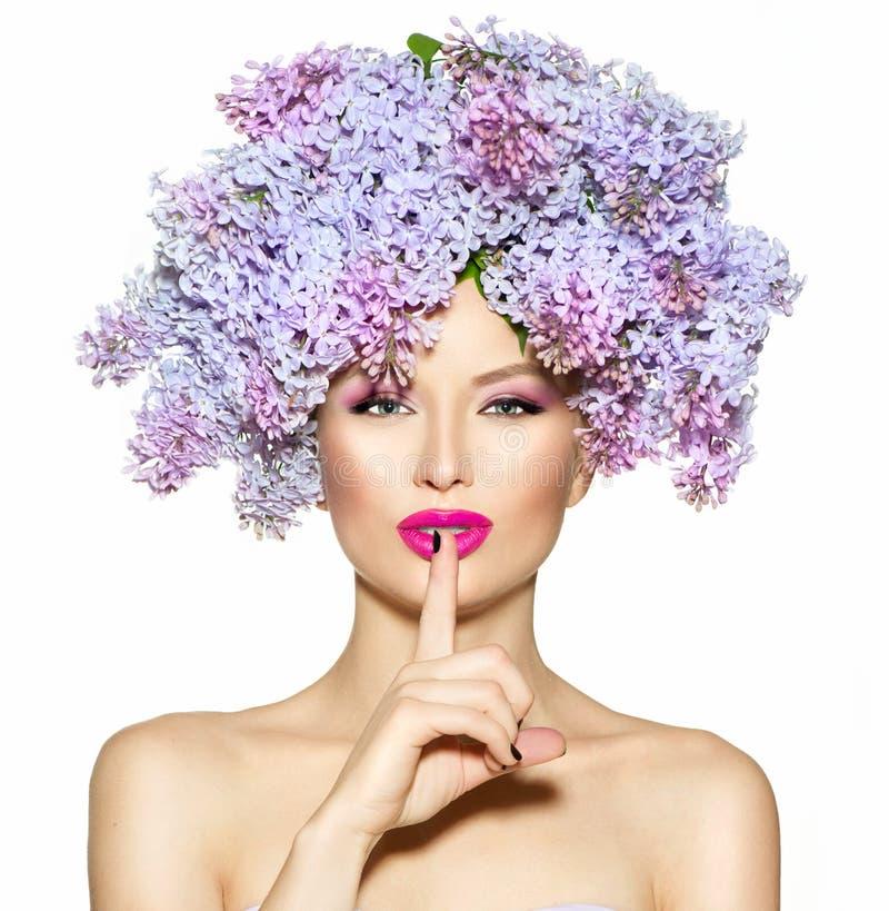 La fille avec le lilas fleurit la coiffure image stock