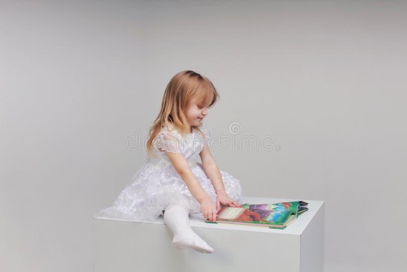 La fille avec le livre photographie stock libre de droits