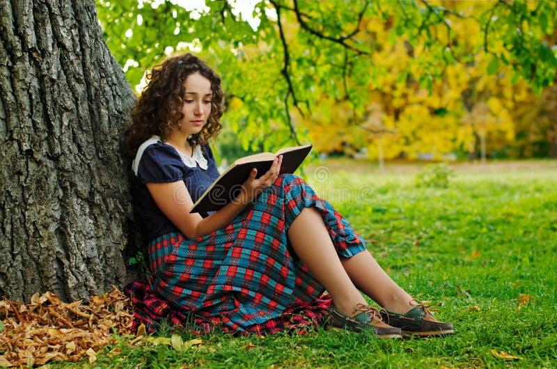 La fille avec le livre images libres de droits