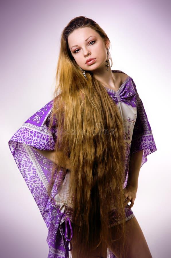 La fille avec le long cheveu photo stock