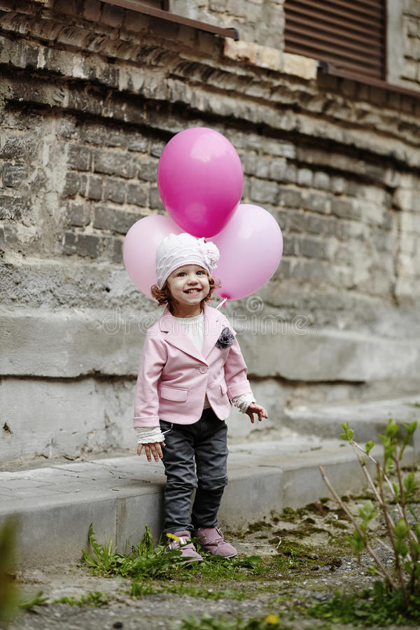 Download La Fille Avec Le Rose Monte En Ballon Le Portrait Urbain Photo stock - Image du enfant, fille: 45351154