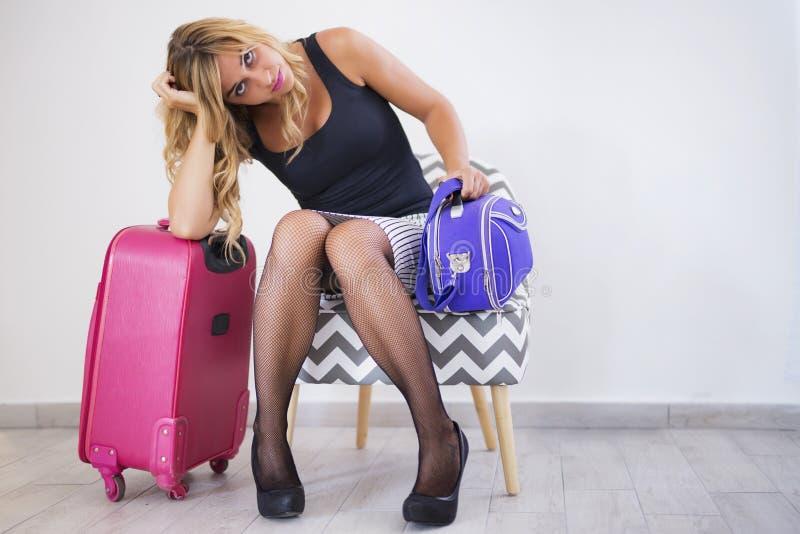 La fille avec les valises emballées, préparent pour le déplacement photos libres de droits