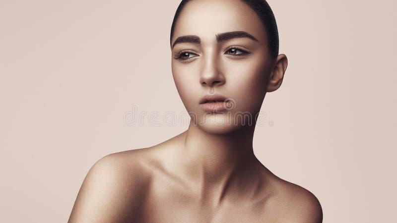 La fille avec un maquillage naturel images libres de droits