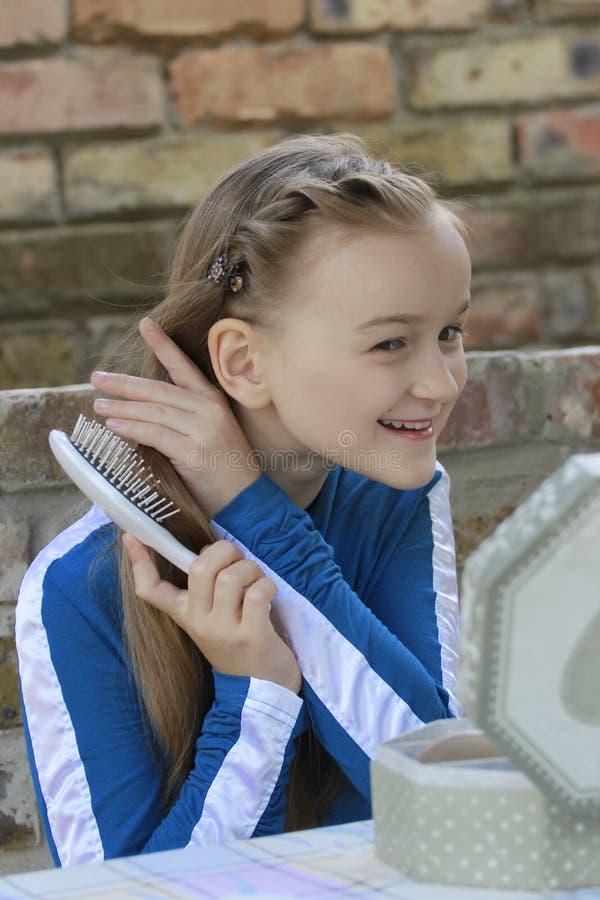 La fille avec une brosse à cheveux photos stock