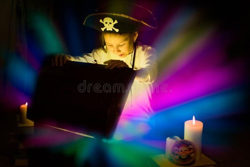 La fille aventureuse a trouvé des trésors Jeune pirate heureux image stock