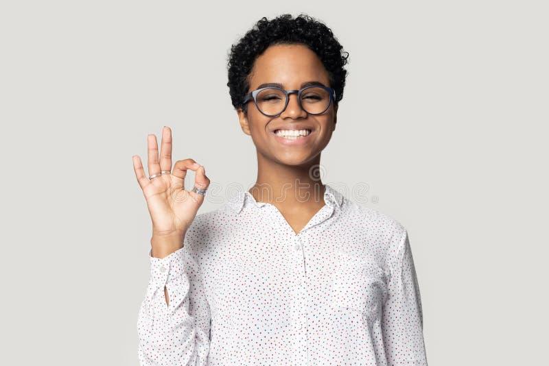 La fille biracial heureuse montrent le service de recommandation de signe tout bon images libres de droits