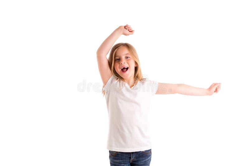La fille blonde d'enfant a dentelé le fort vent sautant sur des cheveux photographie stock libre de droits