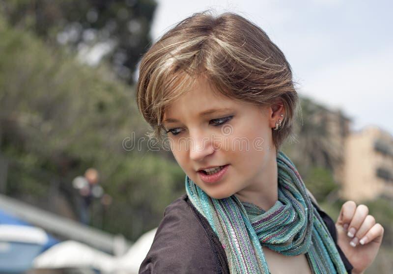 La fille blonde marche derrière progressiste photos libres de droits
