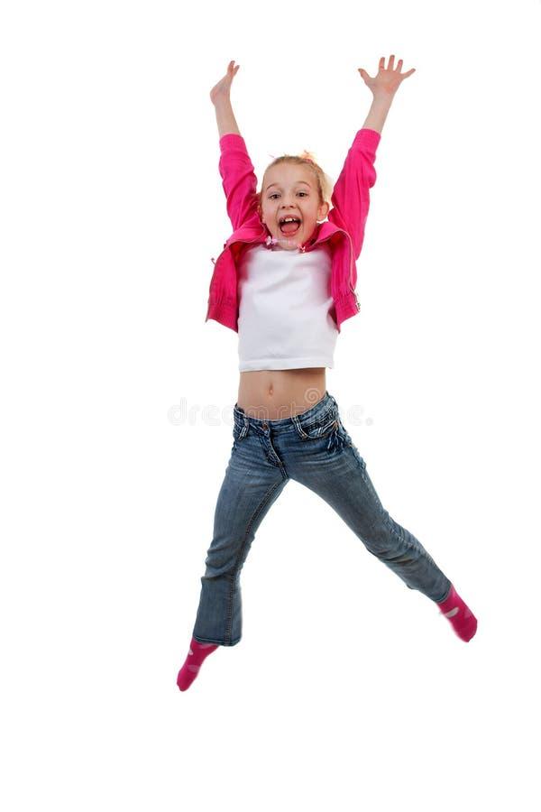 La fille blonde saute dans le ciel image stock
