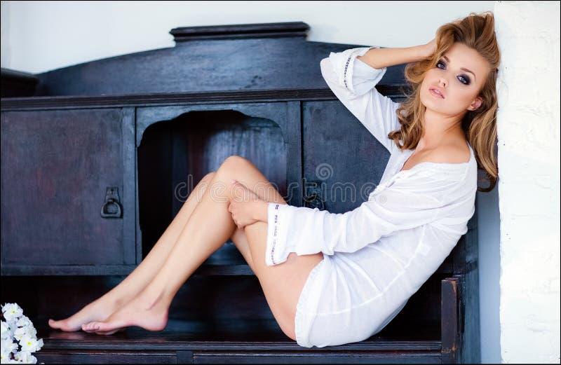 La fille blonde sexy sensuelle s'assied sur la raboteuse images stock