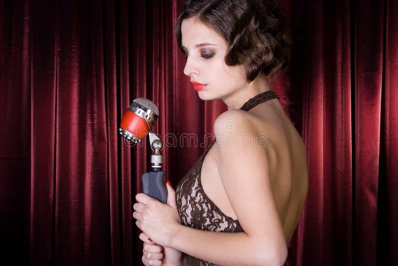 La fille chante au restaurant. image libre de droits