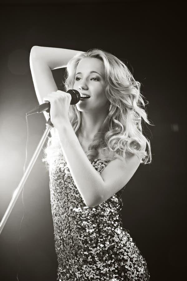 La fille chanteuse photos libres de droits