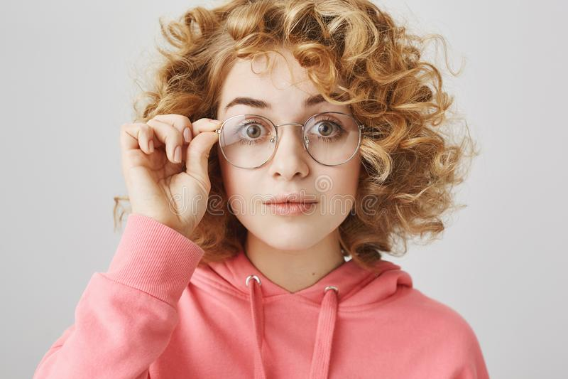 La fille charismatique essaye de nouvelles paires de verres Portrait de femme mignonne et drôle avec les cheveux blonds bouclés p image libre de droits