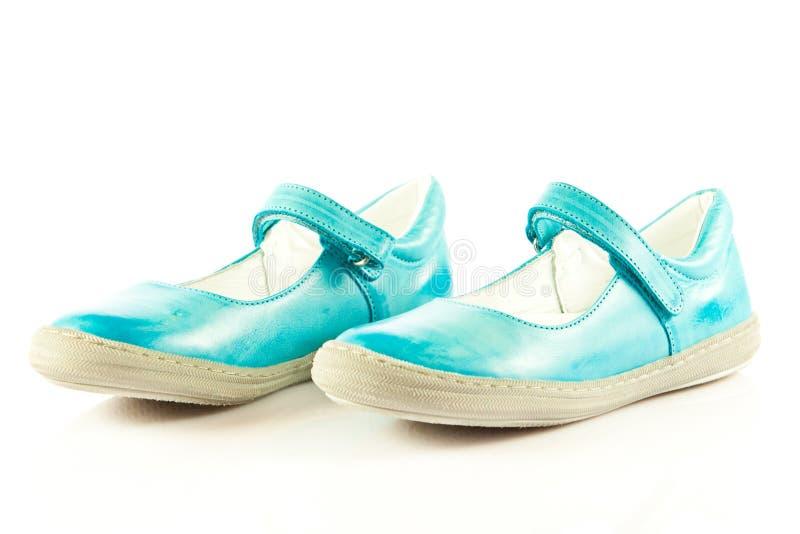 c1bf53a7a0c65 La fille chausse des chaussures d isolement sur les accessoires blancs de  fond photo libre