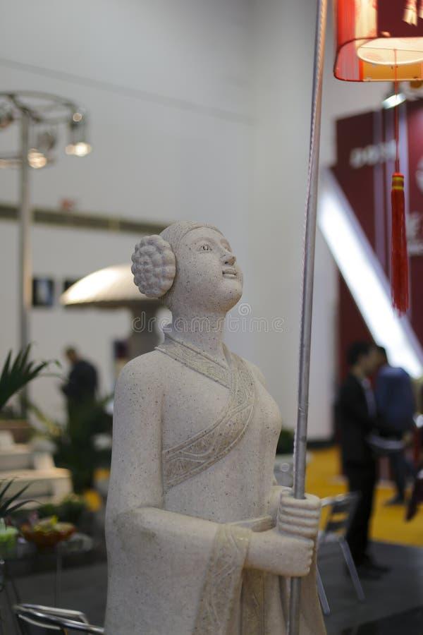 La fille chinoise antique a tenu le découpage en pierre de lanternes photos libres de droits