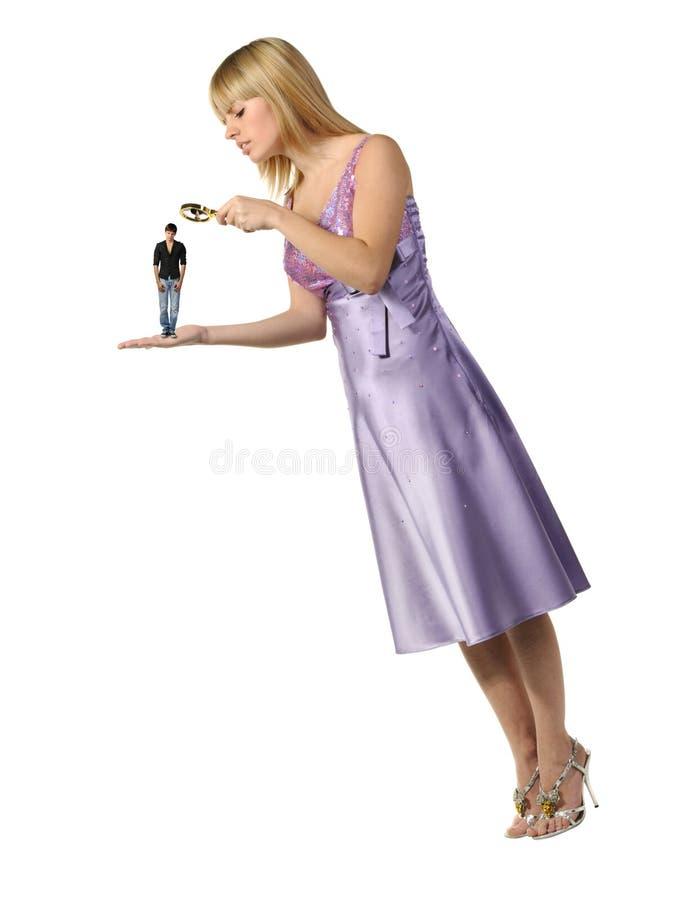 La fille considérant le type par une loupe photos libres de droits