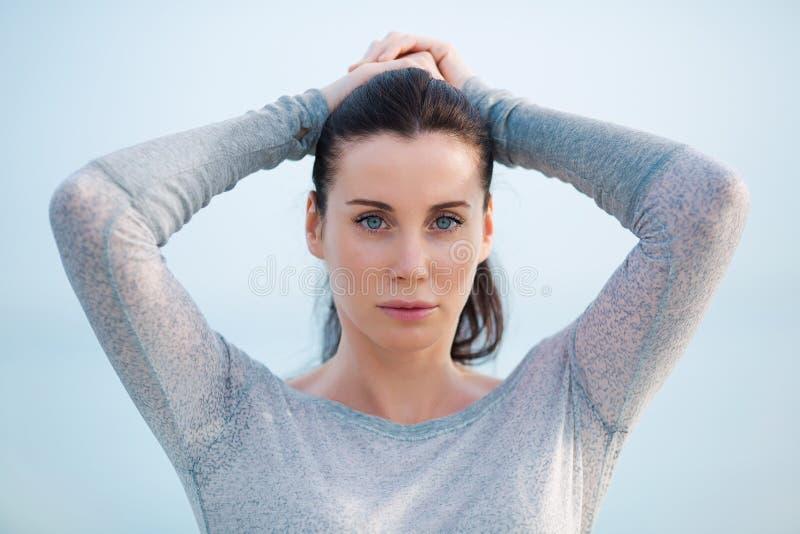 La fille corrige sa coiffure photo libre de droits