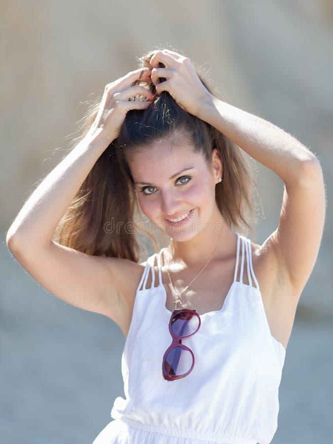 La fille corrige sa coiffure images libres de droits