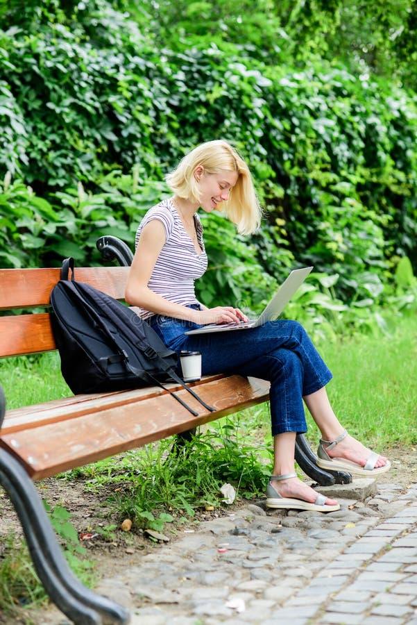 La fille court son blog sur le carnet été en ligne le blogger de fille écrivent le courrier pour le réseau social femme moderne a images stock