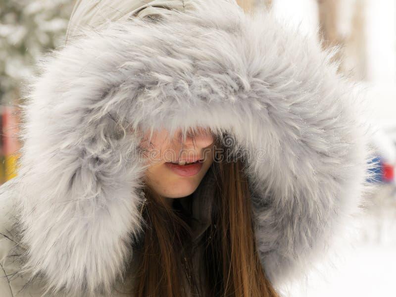 La fille couvre ses yeux Fille déprimée image stock