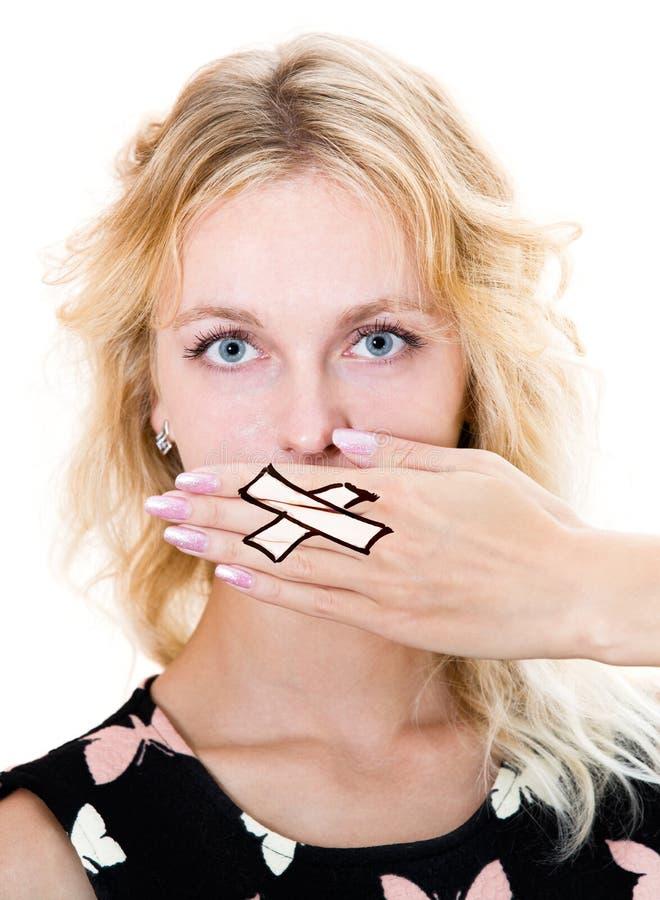 La fille couvrent sa bouche de main image stock