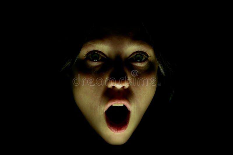La fille crie dans l'effroi images stock